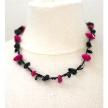 Ketting met zwarte en magenta kralen